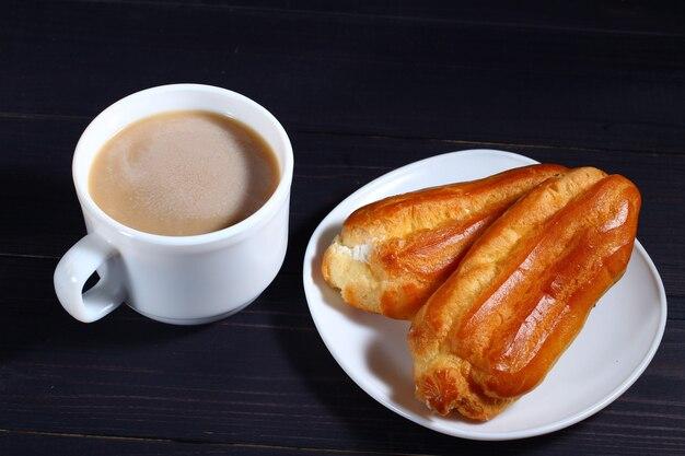 Cappuccino e pasta choux su un fondente