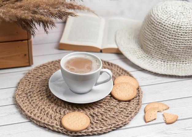 Cappuccino con biscotti su tovaglietta di iuta.