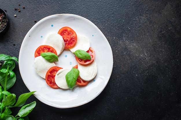 Insalata caprese mozzarella pomodoro basilico foglia italiano snack copia spazio cibo rustico sfondo