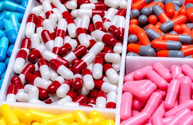 Pillole della capsula nel vassoio di plastica.