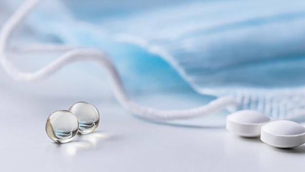 Capsule pillole e maschere mediche su sfondo bianco farmacia medica concept