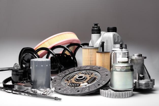 Elementi di accessori per auto isolati su bianco