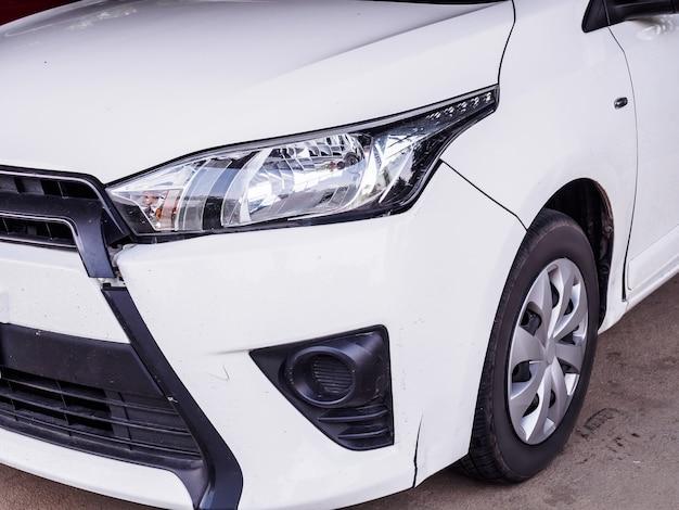 Incidente d'auto, carta frontale rotta