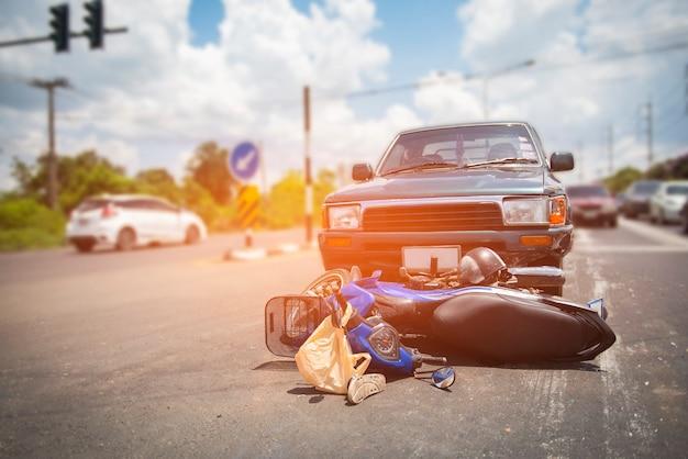 Incidente stradale su una strada danneggiata dopo lo scontro con una moto sulla strada