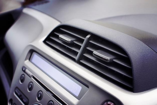 Condizionatore d'aria dell'automobile nel passeggero interno anteriore per regolare il flusso d'aria