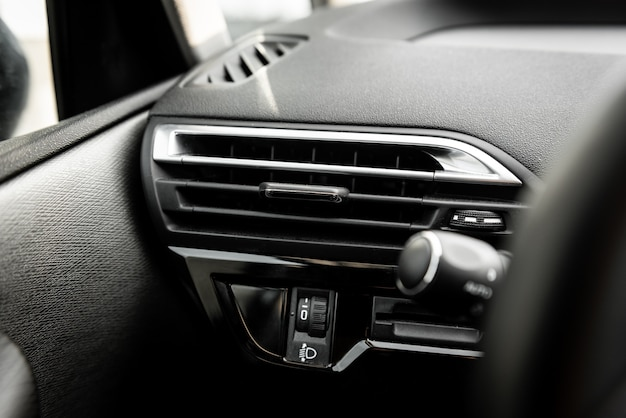 Pannello del climatizzatore dell'auto sulla console dell'auto di lusso.