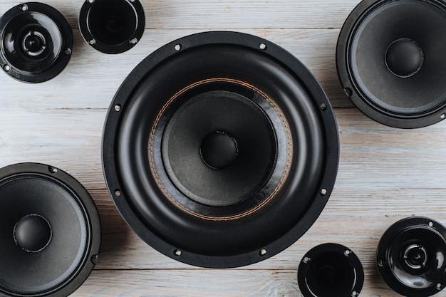 Car audio altoparlanti per auto subwoofer nero su uno sfondo di legno bianco da vicino
