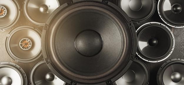 Car audio, altoparlanti per auto, subwoofer e accessori per il tuning. vista dall'alto.
