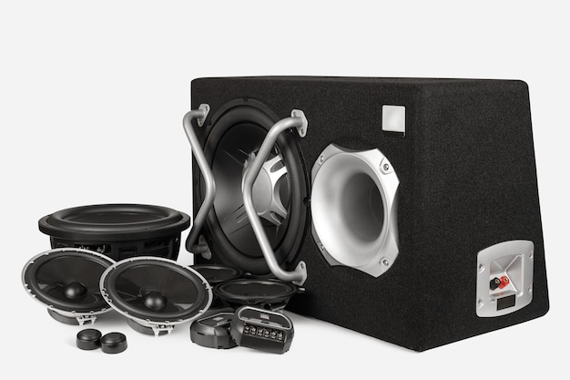 Car audio, altoparlanti per auto, subwoofer e accessori per il tuning. sfondo bianco.