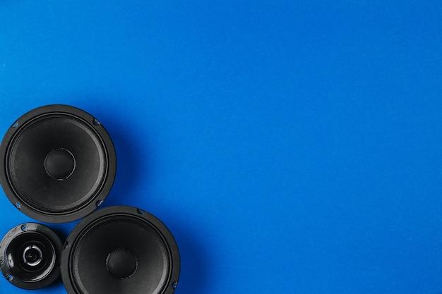 Sistema audio per auto su uno spazio di copia di sfondo blu