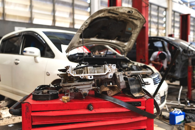 Auto nel centro di servizi di riparazione di automobili con soft-focus e luce eccessiva sullo sfondo