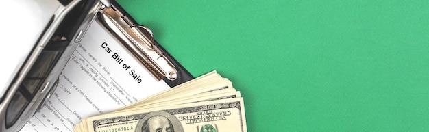 Modulo contratto vendita auto. banner con macchinina e soldi sul tavolo dell'ufficio, copia spazio foto