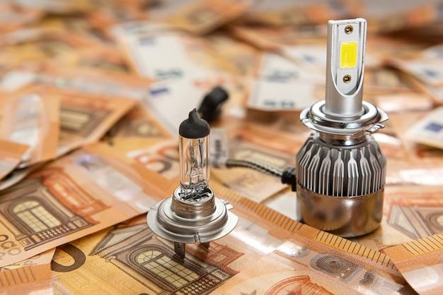 Lampadine per auto su banconote da 50 euro. concetto di risparmio e finanza