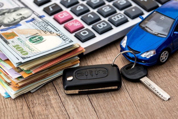 Acquisto di auto o concezione di noleggio auto su un tavolo di legno