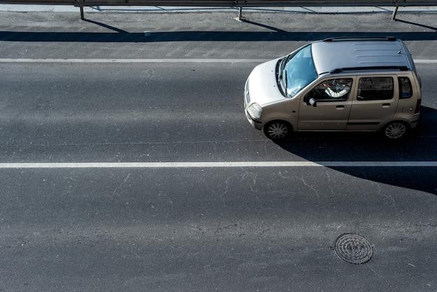 Auto su una strada cittadina. vista dall'alto