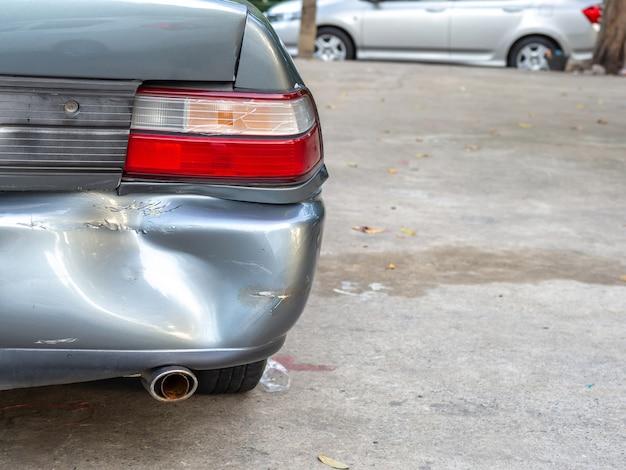Incidente stradale incidente stradale con relitto e automobili danneggiate.