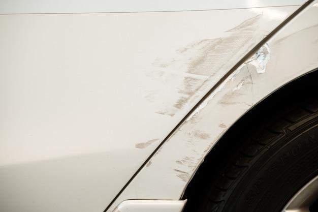 Incidente d'auto incidente sulla strada