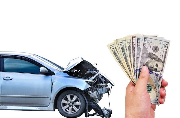 Incidente d'auto incidente e mano che tiene banconota in dollari usa su sfondo bianco