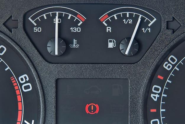 Display del cruscotto dell'auto con indicatori di carburante e temperatura