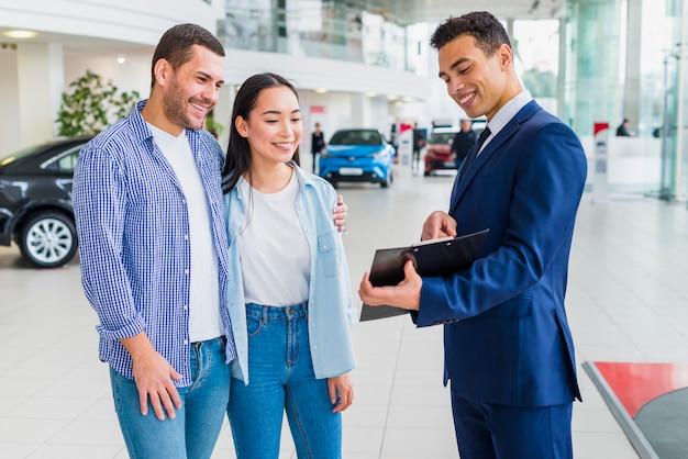 Concessionario di auto parlando con i clienti