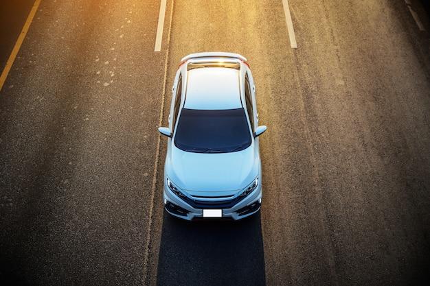 Auto guida su strada la sera per tornare a casa Foto Premium