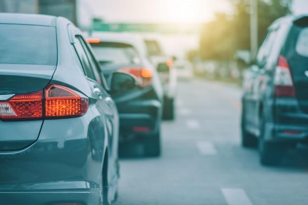 Auto guida su strada e seggiolino per auto di piccole dimensioni su strada utilizzato per viaggi giornalieri Foto Premium