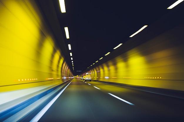 Auto guidando attraverso il tunnel, lione, francia