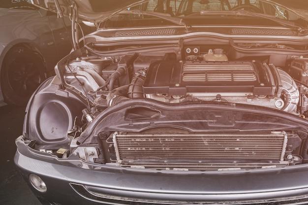 Primo piano del motore dell'automobile. motore a combustione interna, parti di automobili, detersione. analizzando jankyard