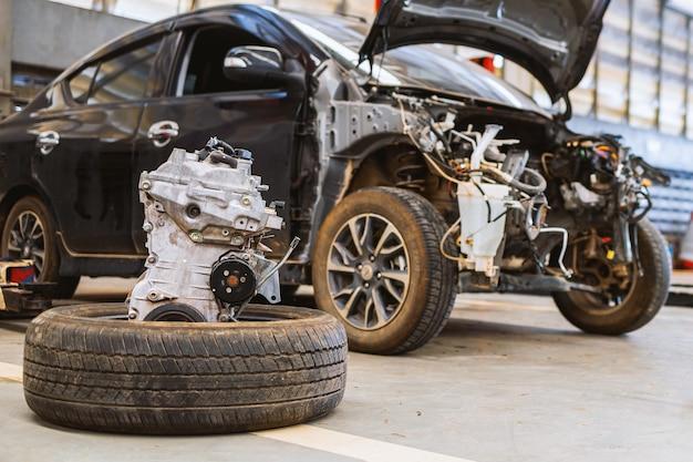 Riparazione del motore dell'auto in garage