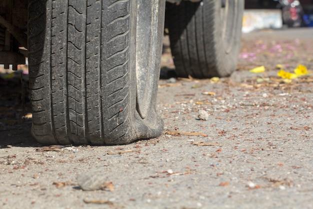 Auto pneumatico a terra in attesa di aiuto.