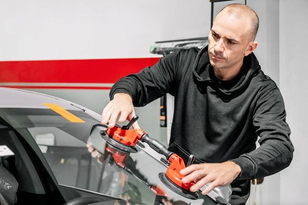 Riparazione e sostituzione vetri auto.