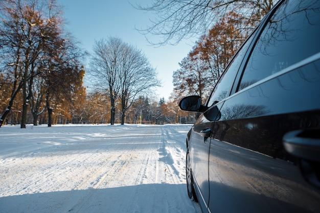 L'auto va su strada in inverno