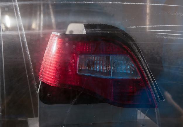 Un faro di un'auto su sfondo nero