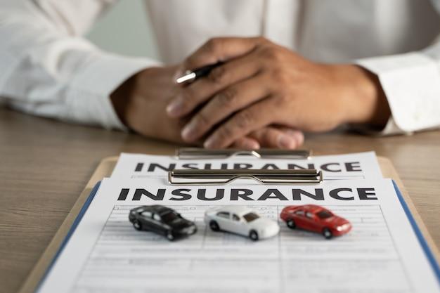 Protezione contro gli incidenti automobilistici e polizza di assicurazione auto che esamina l'assicurazione