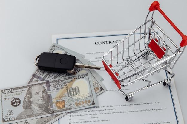 Contratto di assicurazione auto, soldi e chiavi sul tavolo.