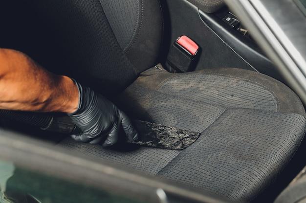 Pulizia chimica dei sedili in tessuto per interni auto