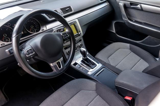 Per interni auto, vista sul volante e sul cruscotto