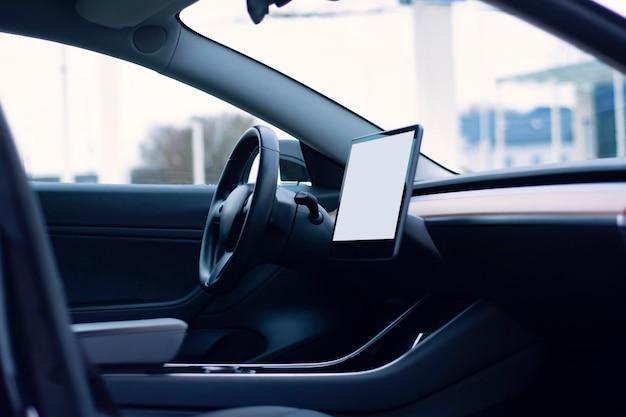 Interno dell'auto con un mockup di un tablet con uno schermo bianco