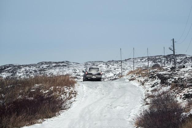 L'auto è in movimento su una difficile strada ghiacciata