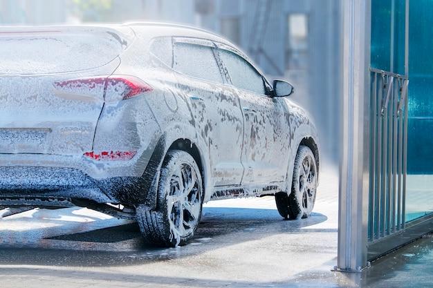 L'auto è sottoposta a manutenzione nel lavandino.
