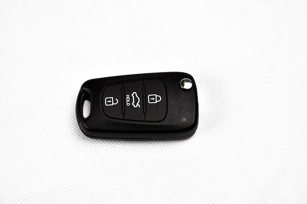 Chiave della macchina su sfondo bianco