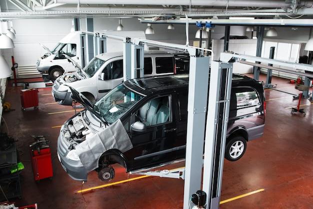 Sollevamento auto nella moderna officina di riparazione