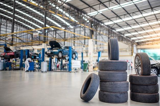 Centro di manutenzione e assistenza auto. riparazione e sostituzione di pneumatici per veicoli. cambio stagionale degli pneumatici