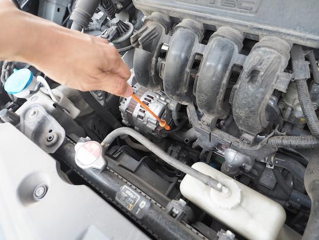 Tecnico di manutenzione dell'auto che controlla con il concetto di motore automatico dell'auto
