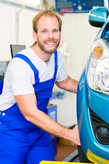 Officina meccanica e auto in servizio