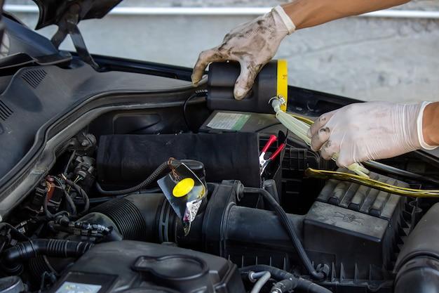 Meccanico di automobile che cambia olio - modello e movimento dell'olio sfocati.