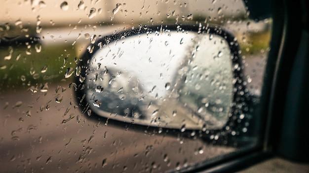 Specchio per auto con gocce di pioggia