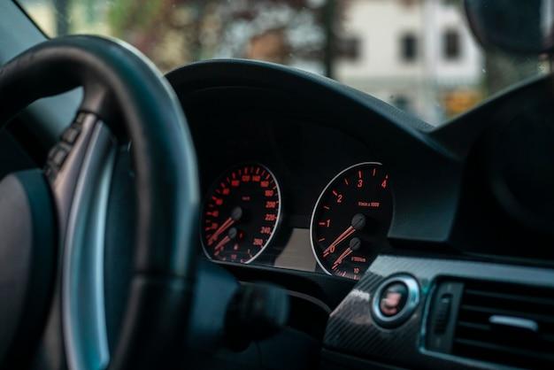 Dettaglio contachilometri auto e cruscotto in un'auto moderna