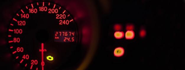Contachilometri dell'auto illuminato, immagine banner con spazio di copia