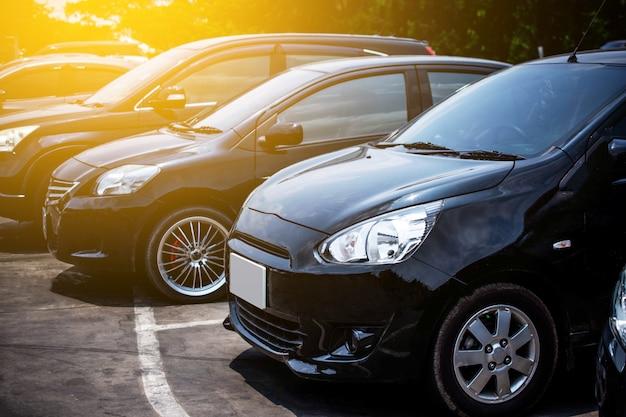 Fila parcheggiata auto sulla strada Foto Premium